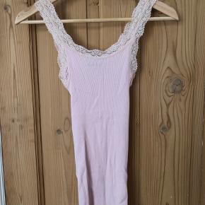 Fejlfri Rosemunde silketop i rosa. Kun brugt én gang.  Nypris: 299,- Sælges for 160,-  Køber betaler fragt eller kan afhentes i Aarhus C