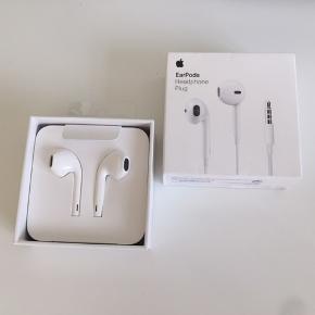 Earpods fra Apple aldrig blevet brugt :) BYD!  Sender ikke :)