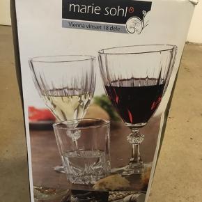 Jeg sælger disse Marie Sohl (Vietnam) vinglas (11 rødvinsglas, 6 hvidvin og 6 vandglas). De kan afhentes i Åbyhøj.   Årsagen til det specielle antal er at de resterende er blevet ødelagt i original emballage under en flytning.