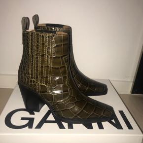HJÆLP!!! en der måske vil bytte deres ganni støvler i brune/grøn, med gule syninger, på billede to, i str 38 med mine sorte ganni støvler???  Bytter kun!💕💕💕