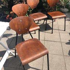Fine gamle skolestole i teak med sort stel☘️ Passer til spisebord i siddehøjde - 4 stk  Stolene kan leveres for 150kr i Kbh