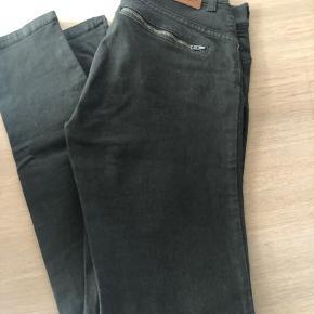 S.J. Sand jeans Super smarte detaljer  I flot stand Str 27 Kr 350,-