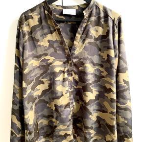 Stand: Næsten som ny.  Nypris: 399 kr.   Camouflage skjorte i str. M fra Neo Noir.  Byd endelig ☺️