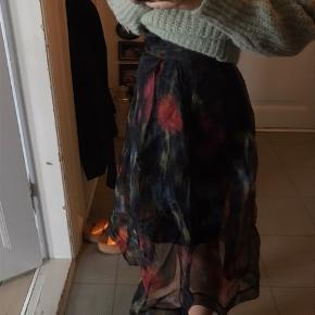 Virkelig flot nederdel fra Baum, der kan bruges året rundt. Brugt meget få gange, men har fået et lille hul foran, der dog næsten ikke kan ses, da der er en sort undernederdel med.  #Secondchancesummer