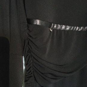 Brand: Rinascimento Varetype: kjole Farve: Sort Oprindelig købspris: 549 kr. Prisen angivet er inklusiv forsendelse.  Elegant og moderne sort kjole med diskret effekt om taljen, stretch.  Rinascimento - Italiensk design og kvalitet, producerer mange forskellige designs i mindre mængder for at give den moderne kvinde et unikt udseende og klæde sig elegant til enhver situation.