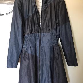 Fin jakke med dobbelt lynlås så man kan lyne den om nedefra.  Bytter gerne.