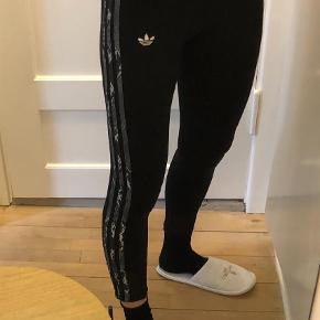 Varetype: Leggings Farve: Sort Prisen angivet er inklusiv forsendelse.  Leggings med adidas 3 striber i slangeskindsprint i grå toner.