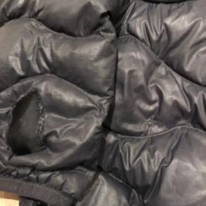Lækker helium jakke fra Peak. Str s herre str.  Har fået hul og det er lappet. Derfor den lave pris.