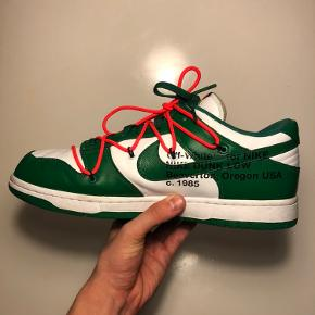 Nike Dunk Low - Off-White Pine Green 🟢⚪️🟢⚪️🟢⚪️🟢⚪️🟢⚪️🟢⚪️🟢⚪️ Str: 45,5  Cond: 9 står i rigtig god stand! Boks medfølger! Samt tagget som kan sættes på og en lille seddel fra Nike   Off White dunks i super god stand ingen flaws!  De koster ligenu 4860,- på StockX (Deadstock) Super lækkert par sneaks og pisse fede🤩  Har en masse andet til salg, tag endelig et kig😉