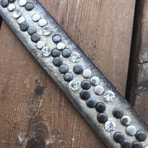 Lækkert læderbælte med fine detaljer. Måler 115 cm