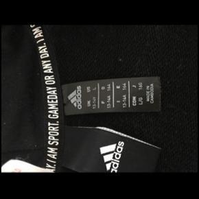 Adidas 3 stripes trøje.  Størrelse L/164, men passer en small i voksen størrelse.  Sorte Adidas bukser sælges også - køb begge for 150.