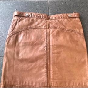 Varetype: Lækker blød skind nederdel  Farve: Cognac Oprindelig købspris: 1299 kr.  Lækker blød skind nederdel .. den er foret .  Længde 44 cm  1:2 tajle 40 cm
