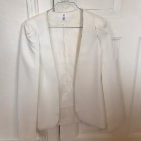 Kappe brugt til bryllup. Sælges billigt da der er mærker af makeup på indersiden af kappen.