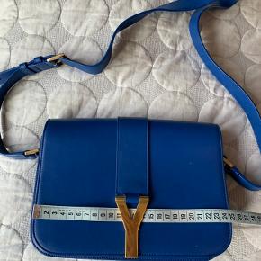 Chyc crossbody taske, brugt meget få gange. Købt som den blå ting man skulle have på som brud 🤷🏻♀️