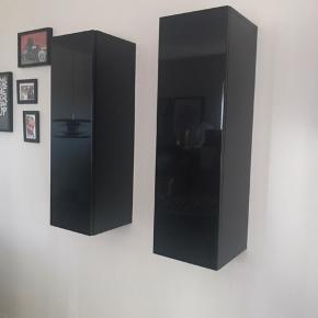 Sælger mine Monaco møbler pga. flytning. Møblerne er i sort højglans. - 2stk. Vitrine skabe i aflang mål: 30,4x30x98,5 m. 3 glas hylder i hver. Pris 400kr for to stk. - 1 stk hængemoduls vitrine med glas hylder og to låger mål: 121,7x30x49,2. Pris 450kr - 1 stk tv modul med en tåge og en skuffe. To glasplader i skabsdelen. Mål: 182,5x49x27,4. 1500kr  Samlet pris. 2200kr