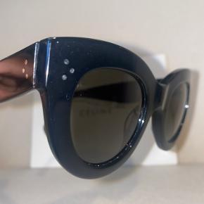 Cateye solbriller. Brugstegn i form af overflade ridser på både stel og glas. Se nærmere. Etui medfølger ikke  Model: cl 41050/ s 807(1E)  Størrelse: 49 mm