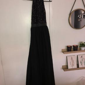 Fin maxi-kjole fra Nelly Eve. Aldrig brugt. Kom med et bud :)  Sendes med DAO