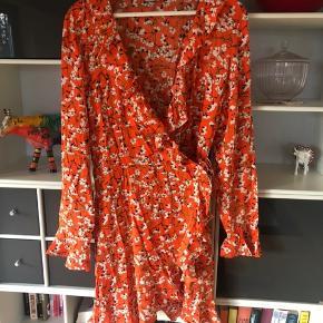 Slå-om kjole fra Envii. Bruge få gange, fremstår som ny. 150kr ex Porto.