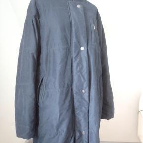 Skøn varm frakke. Str. L = str. 44 Farven er dyb flaskegrøn; aftagelig hætte, 2-vejslyn, 3 udvendige lommer, brystvidde 124, længde 93, polyester (har dog fjernet materialemærket), kan maskinvaskes.