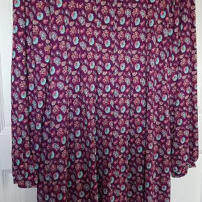 """Som ny """"Du milde"""" kjole - brugt èn gang og vasket èn gang - er desværre for lille til mig - svarer nok til str. 46-48 -kan se, prøves og hentes i 8410 Rønde eller sendes på købers regning"""