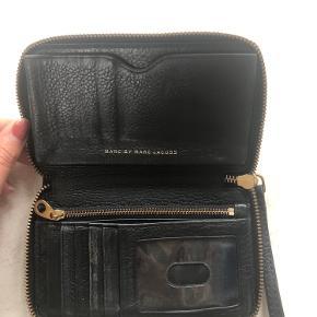 Rigtig fin Marc Jacobs pung. Den er brugt og kan også ses i det ene hjørne og på skiltet foran. Fremstår dog rigtig pæn indeni 🌸