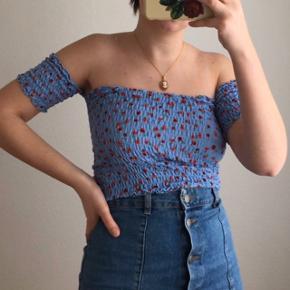 Blå blomstret off the shoulder top fra Urban Outfitters. Den er brugt enkelte gange og er i rigtig god stand. Størrelse M.
