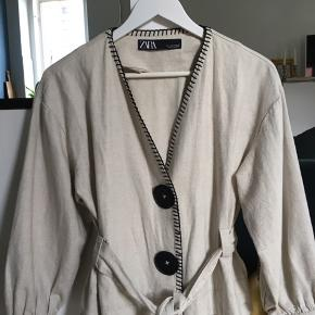 Blød cardigan/jakke med to store knapper og bindebånd  Eksl porto
