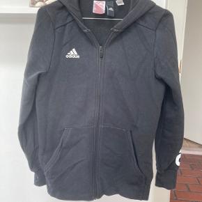 Adidastrøje i en børnestørrelse 14-15 år, men svarer til en small.