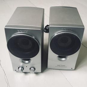 Sony Højtalere - SRS-Z1000 To super flotte højtalere i mat aluminium. De er brugt, men spiller stadig upåklageligt.  Har været super glad for dem, men nu må de videre.   De er 17 cm høje, 15 cm dybe og 9 cm brede.  Kom med er bud 😊