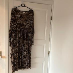 Mesh kjole fra Vila. Aldrig brugt, str. S. Nypris omkring 350kr. SÆLGES BILLIGT