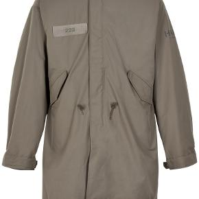 Sælger denne yderst lækre og stilede frakke fra det populære danske mode brand Newline.Halo.  Den er ret stor i størrelsen så jeg skulle gå et nummer ned. Jeg bruger normalt medium i alt mit tøj.   Nypris: 3300,-