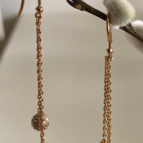 VENUS DUO ørekroge.  14 karat forgyldt sterlingsølv kæde og krog og cubic zirkonia  i de små kuglevedhæng. Længde fra ørehul og ned: 6 cm Æsken medfølger.