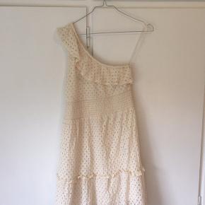 Kjolen er brugt 1 gang, så den er i rigtig god stand 😊 jeg bruger normalt xs, men s passer helt fint til mig
