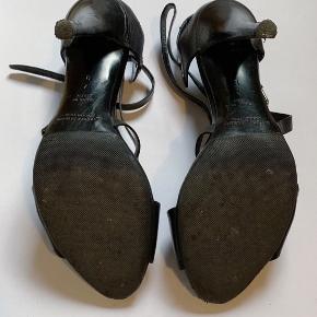 Højhælede sandaler i læder, lille mærke på den ene hæl. Virkelig behagelige og virkelig fin stand på sålerne. Ny pris: 495€ (ca. 3700kr)