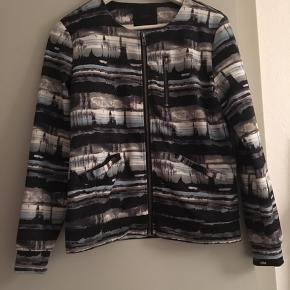 Minimum trøje/bomber jacket. Brugt et par gange, men fejler intet. Byd!