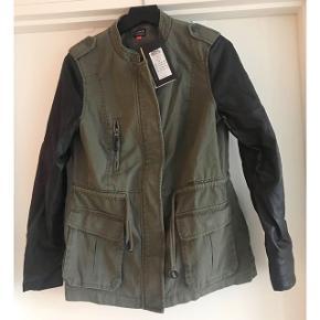 Cool armyfarvet jakke med sorte ærmer fra Vero Moda. Str. M. Aldrig brugt. Nypris 500,-