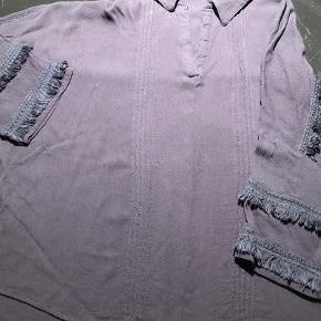 Mørkeblå skjortebluse str S/M - rummelig. Frynser på ærmer og ryg. Køber betaler fragt.