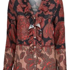 Super elegant bluse fra Gustav. Den skønne og lette bluse fra Gustav er elegant og har smukke detaljer hals og ærmer.  Helt ny og med mærke på endnu, lige kommet i butikkerne nypris 900,- str. 36