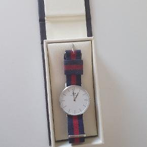 Sælger dette super lækre ur fra Daniel Wellington  Det står knivskarpt og har næsten ingen tegn på brug  Boksen medfølger  Kom med dit bedste bud! Er åben for alle bud