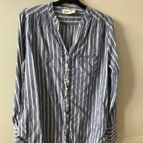 Så fin skjorte fra Fine Cph i lyseblå.  Str L Brugt og vasket 3-4 gange MP : 100,-kr 😊 Køber betaler fragt  BYTTER IKKE