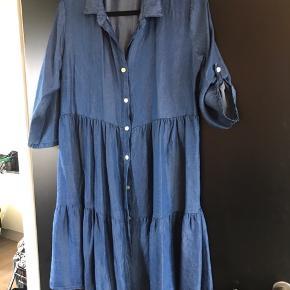 Super fin skjorte/tunika i denimfarvet viskose. Købt i Company