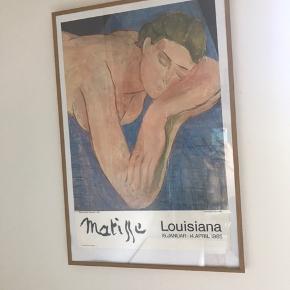 """Vintage Henri Matisse """"Drømmen"""" plakat fra udstillingen på Louisiana i 1985. Sjælden og virkelig smuk. Pæn stand for dens alder.  Mål på selve plakaten er ca 37,8 x 56,2 cm  Prisen ligger på 1.500 kr indrammet hos plakatforretningen.dk og derfor sælger jeg min indrammet for 700,- fast pris!  Skal afhentes i Ørestad Syd/Amager."""