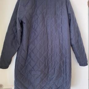 quiltet dame lang jakke (går til midt på låret) Str. XL. Brystmål 2x55cm. Længde 90 cm.  Brugt, men velholdt. Ingen pletter/huller.  Kam sendes med dao.
