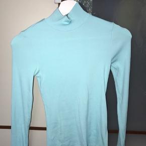 Stilet turtleneck bluse i flot farve. Brugt meget lidt, kun 2-3 gange. Sælges da jeg købte den et nummer for lille:/