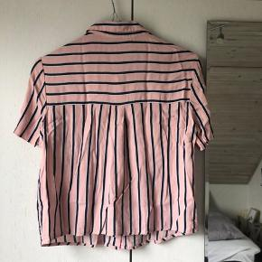Cropped lyserød skjorte i str. M sælges.