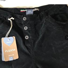 Nye flotte sorte velour bukser. Livv 86 cm. Skridtlængden 80 cm. Bomuld og elasthane. Meget lækre.