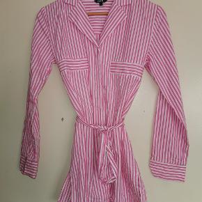 Helt ny skjorte i str S i pink og hvid stribet.