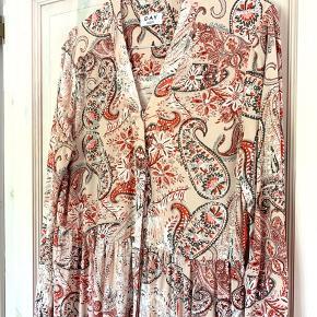 Alt for smuk kjole fra DAY Birger et Mikkelsen. Den er brugt én gang, så fremstår helt som ny.  Perfekt til sommer eller andre arrangementer 🌸  Kan passes af en str XS, S og M  Køber betaler fragt. 🌸