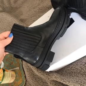 Lækre støvler. Nypris omkring 1500kr, desværre lidt for små til mig.