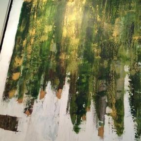 """Brand: Malene Søndergaard Rosendal Varetype: Smukt maleri. Kunst"""". Bladguld Størrelse: 84x84 Farve: Grønne, brune nuancer og masser af bladguld.   Utroligt smukt maleri af super kreative Malene Søndergaard Rosendal.  Det er et maleri jeg selv har bestilt hvordan skulle se ud 😍 Jeg har bl.a. valgt farverne - og at det skulle være med MASSER af bladguld 😍😍 Det var lidt dyrt at få lavet 😅💝  Jeg var helt oppe og flyve da jeg SÅ de flotte malerier færdige 🙏🏻🙏🏻🙏🏻 Det er SÅ smukt! 😍😍  Maleriet er af en samling af 2 stk. (Se min profil) som er lavet til at hænge sammen, men kan også sagtens stå alene, på hver sin væg, eller hvert sit rum. De er jo også relativt store, og kommer virkelig til sin ret på en flot hvid væg.   Farverne lige nu er helt fremme i modebilledet, med grøn og guld/messing/kobber. Faktisk kommer maleriet slet ikke til sin ret på billederne.  Se min profil hvor det andet også er til salg.   Sælges med ramme.   Kommer fra dyre og rygefrit hjem.   Kan afhentes i Valby/København"""